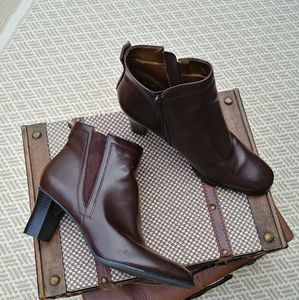 NWOT Chestnut Brown Ankle Boots. 10N